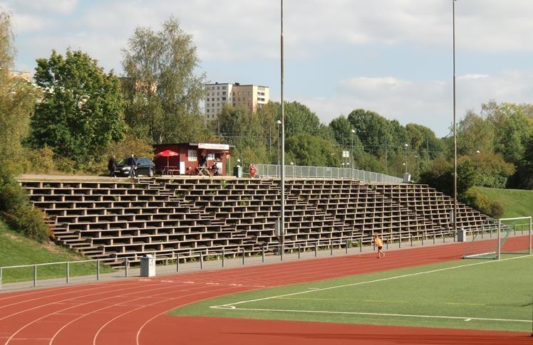 Läktaren på Farsta IP med förortsbetong i bakgrunden. Stora Mossens IP  Klubb  Spårvägens FF 140484691958f